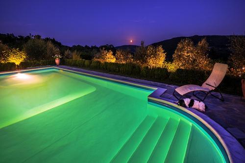 La grande piscina privata con vista dei monti circostanti