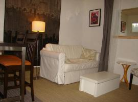 Cozy 1-Bedroom Private Suite with Kitchen / Parking, 薩里