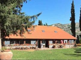 Hunter's Lodge, Neve Ativ