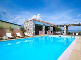Aeolis Apartments & Studios, Apidias Lakos