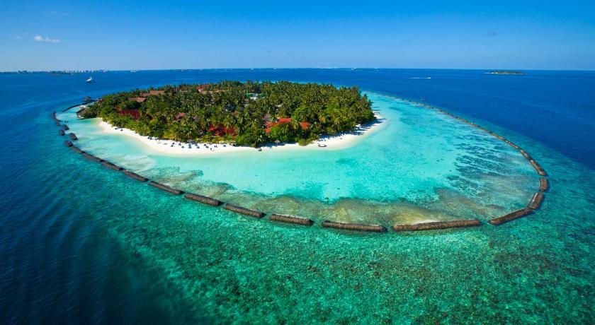 Зеленый остров-резорт Курумба со закрытой лагуной
