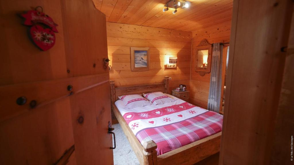 A bed or beds in a room at Chambre d'Hôtes La Tanière de Groumff