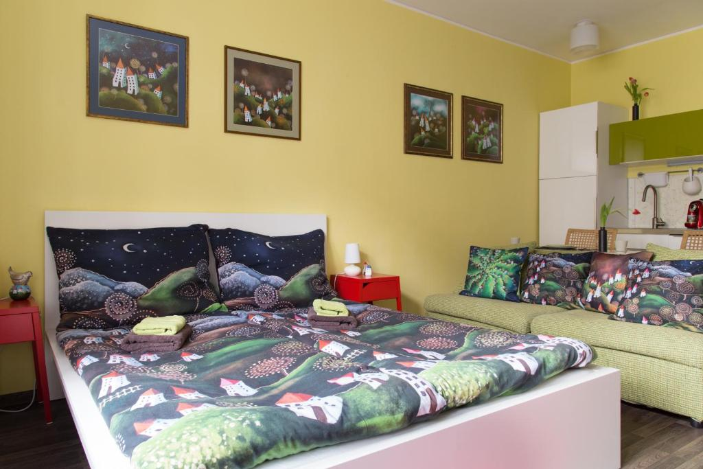 A bed or beds in a room at Best Location Apt. STETINOVA