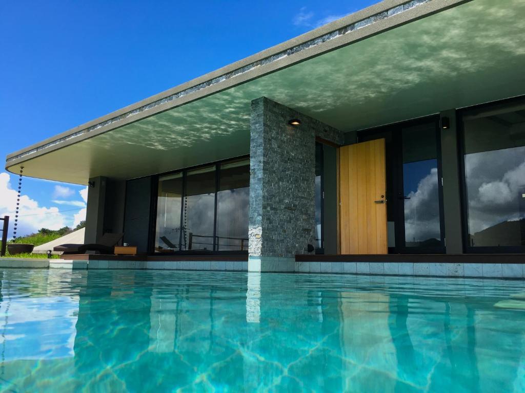 瀨底三穗度假屋游泳池或附近泳池