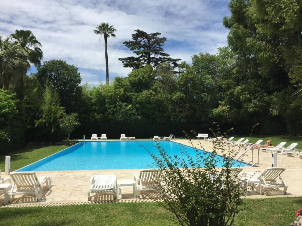 The swimming pool at or near Un Coin de Paradis
