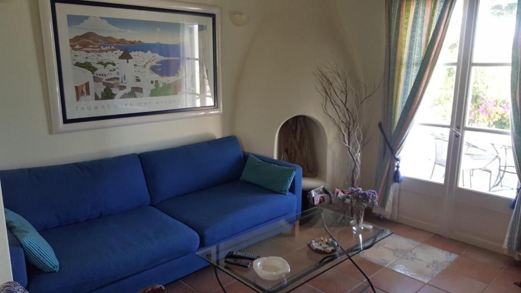 Een zitgedeelte bij Apollonia apart-hotel