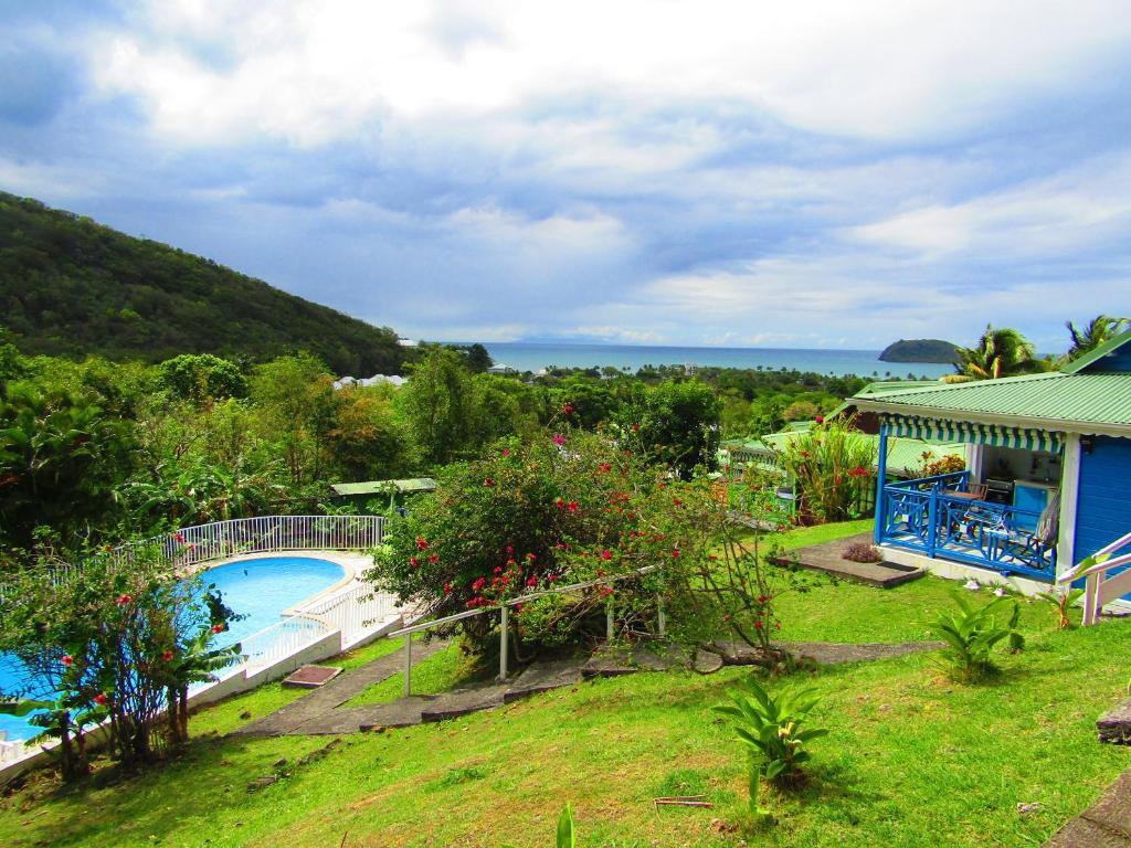Vue sur la piscine de l'établissement La Colline Verte ou sur une piscine à proximité