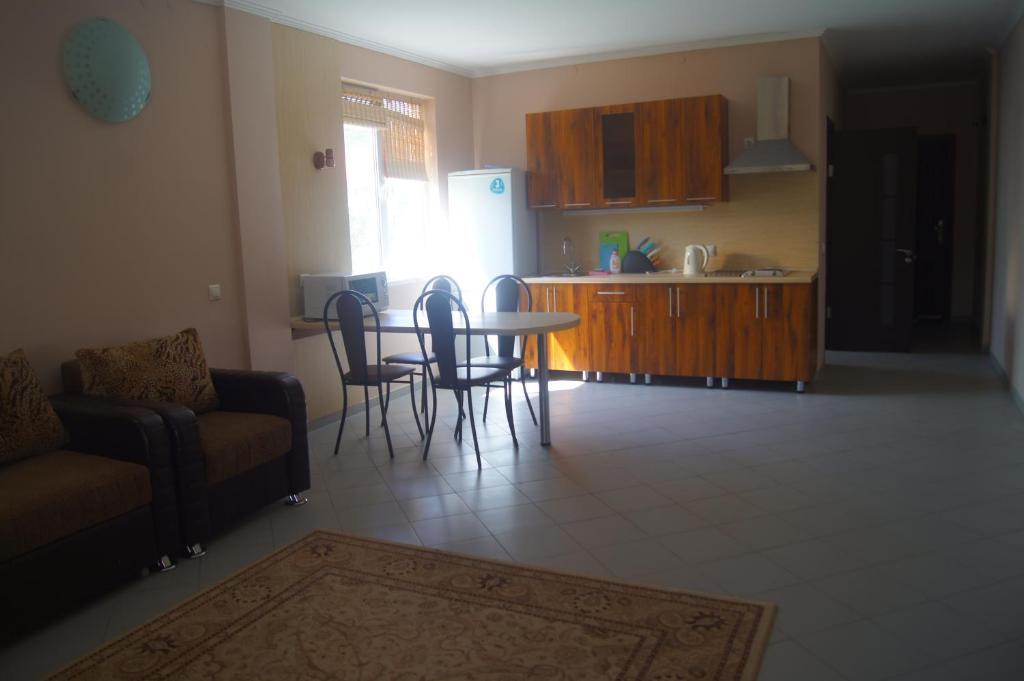Кухня или мини-кухня в Apartment on Genuezskiy proyezd 7