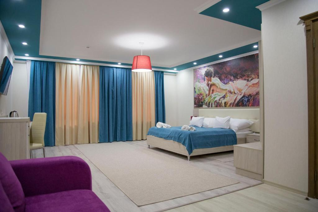 A bed or beds in a room at Mirage Hotel