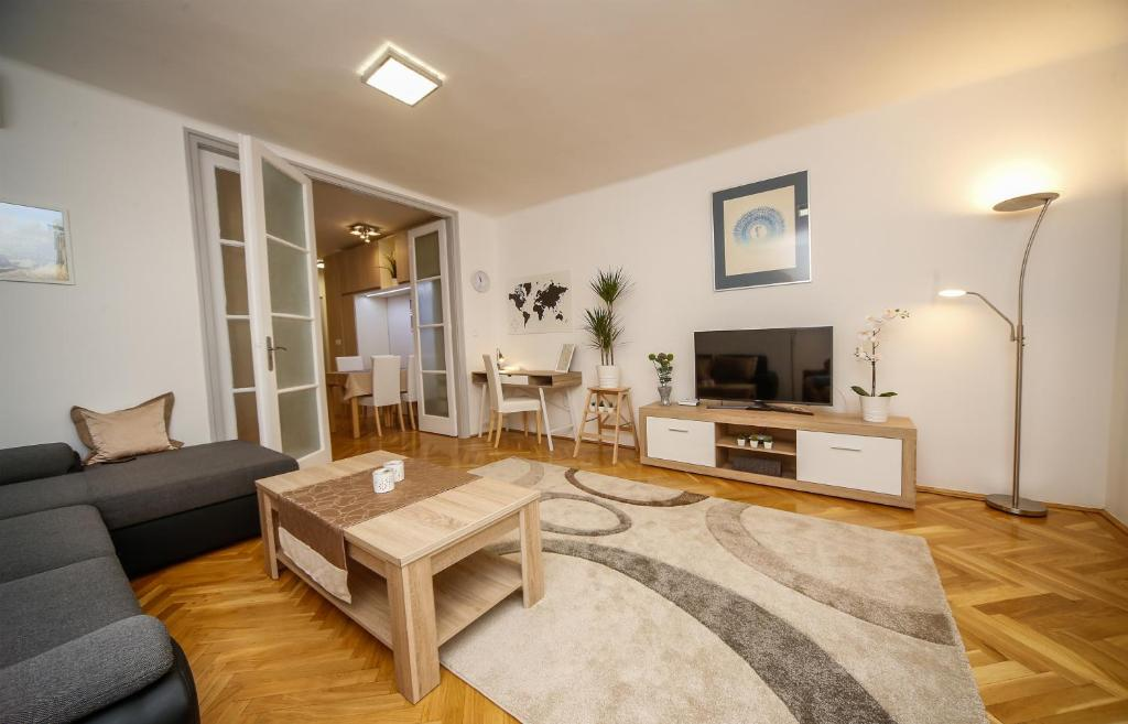 A seating area at Stefania 35 Apartment