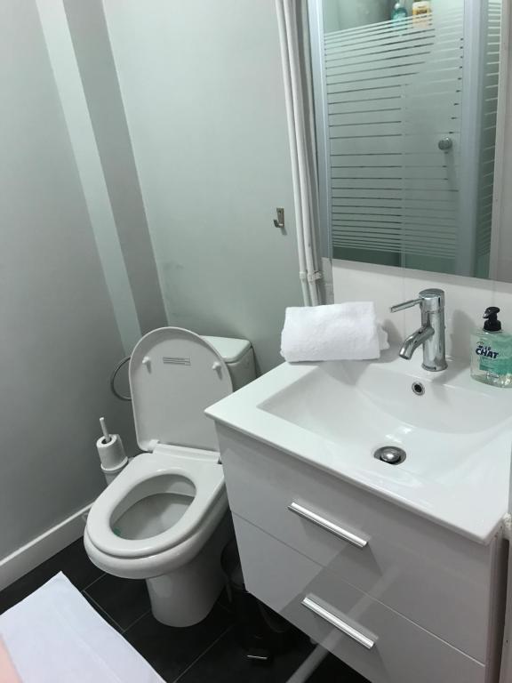 A bathroom at Suite Cocoon Paris