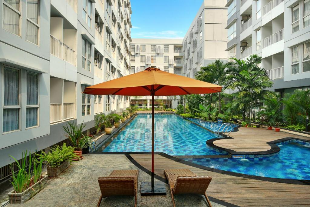 Der Swimmingpool an oder in der Nähe von Kyriad Hotel Airport Jakarta