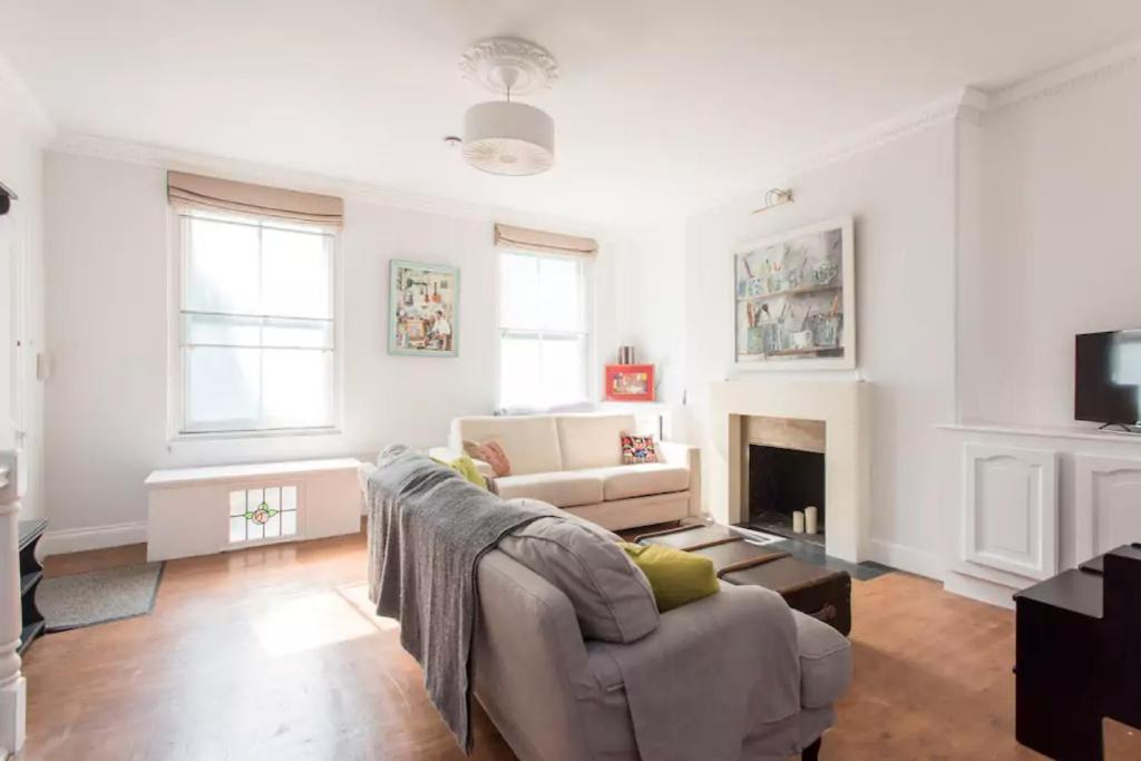 A seating area at 2BD Victorian Conversion with Garden