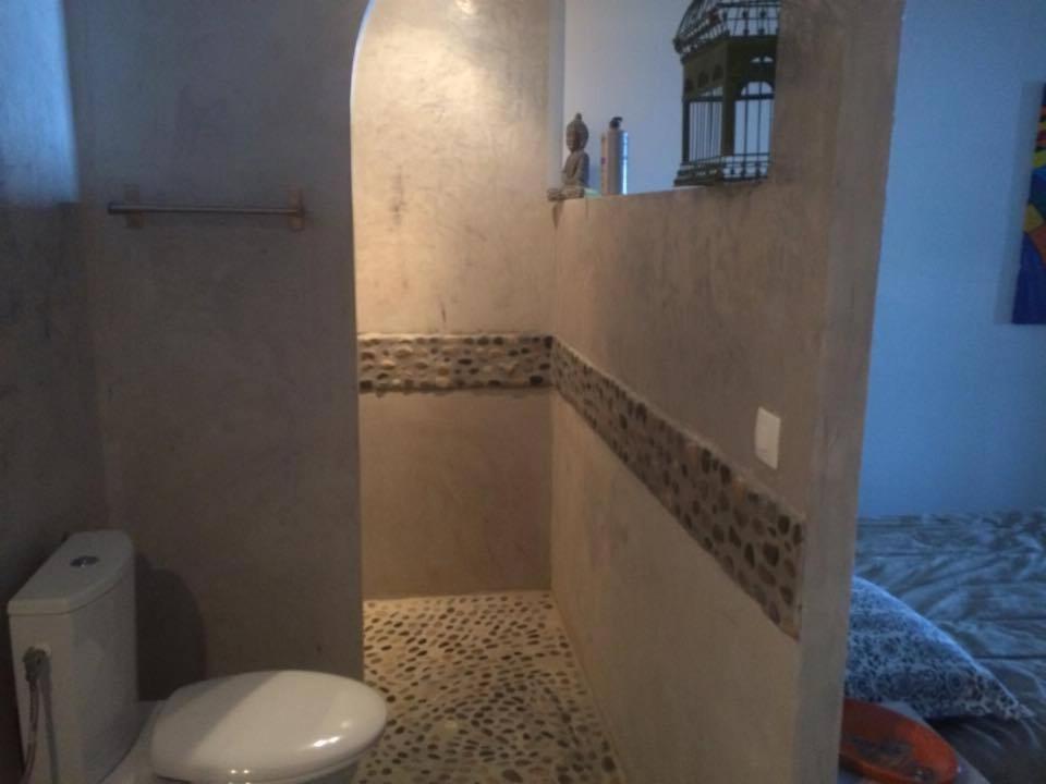 A bathroom at L'atelier des artisans