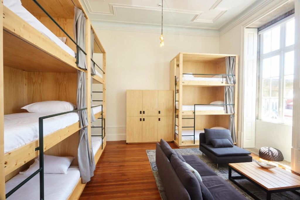 Dans un dortoir de l'auberge de jeunesse Passengers Hostel à Porto.