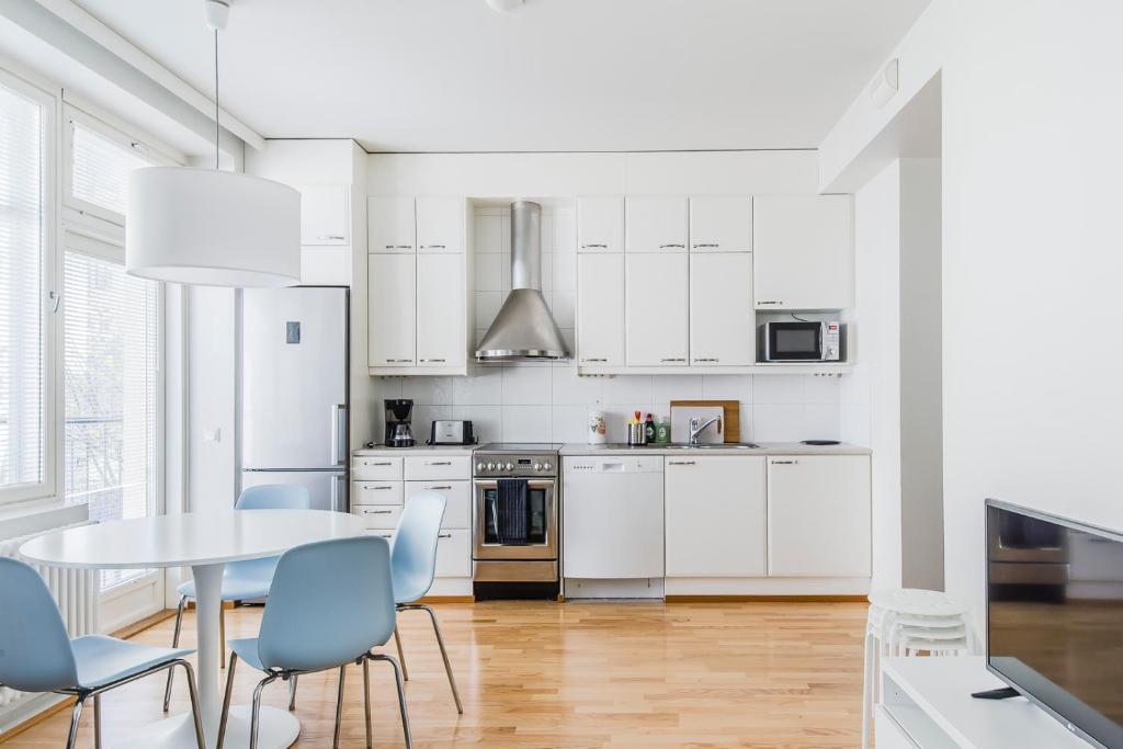 Küche/Küchenzeile in der Unterkunft Helsinki South Central Apartment Lönnrot