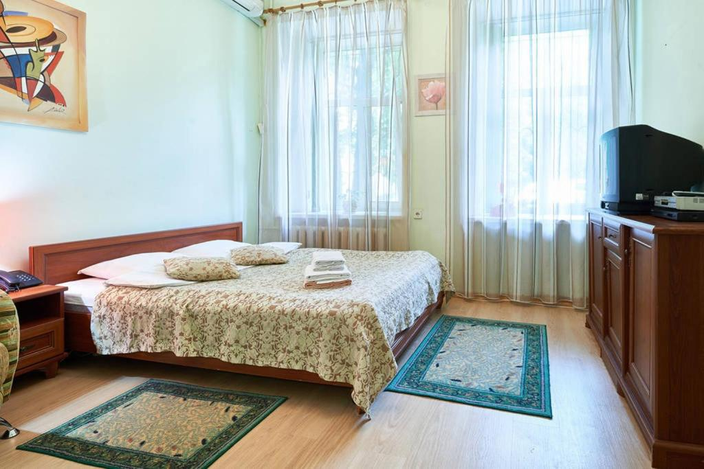 Un pat sau paturi într-o cameră la Home Hotel Apartments on Mykhailivska Square - Kiev