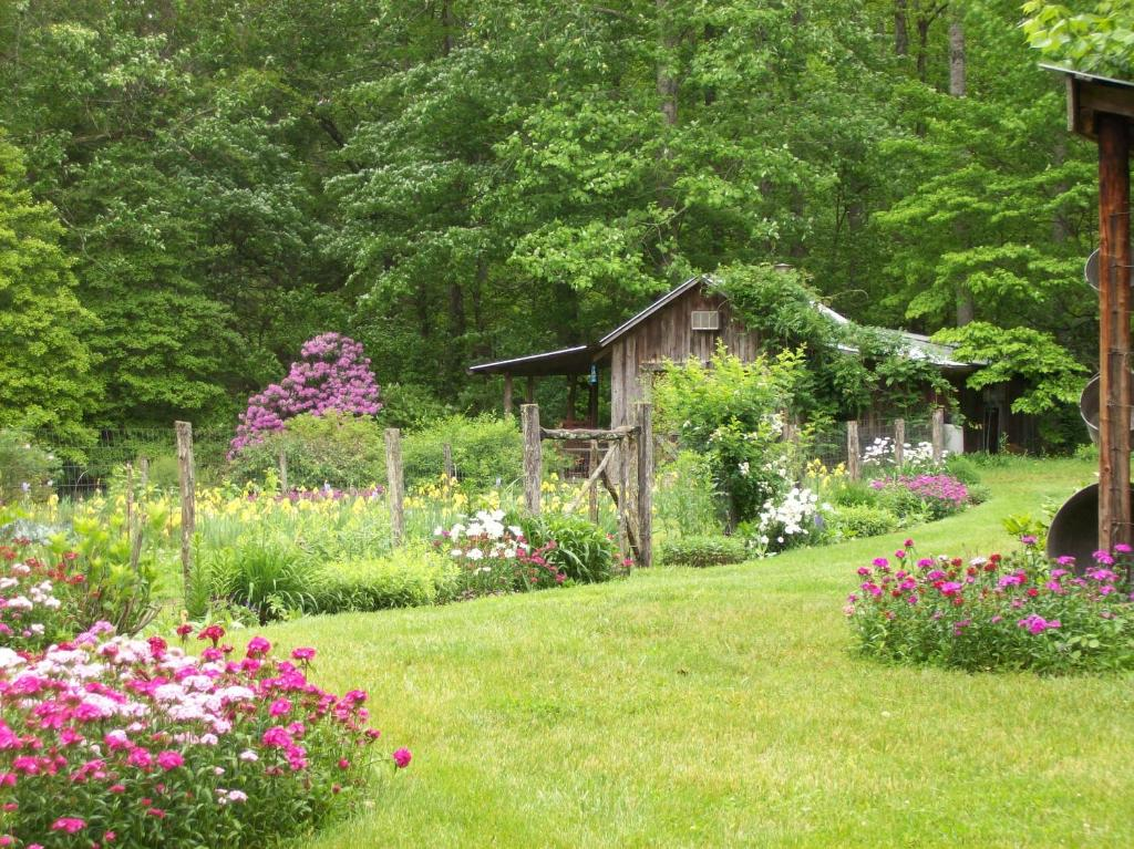 Country House Garden of Eden Cabins, Cosby, TN - Booking.com