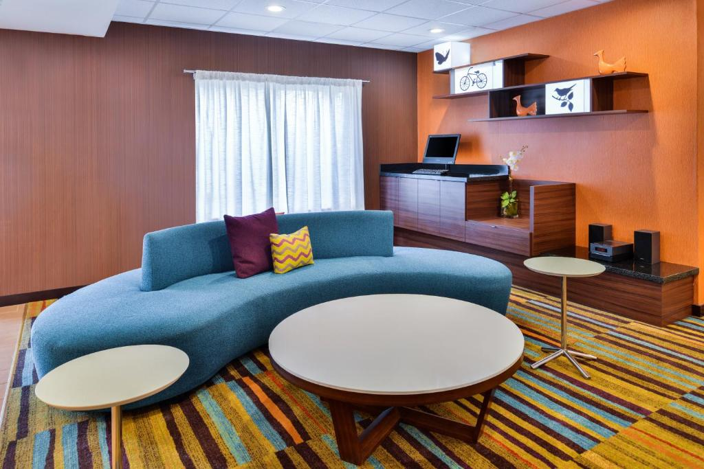 A seating area at Fairfield Inn & Suites Beaumont