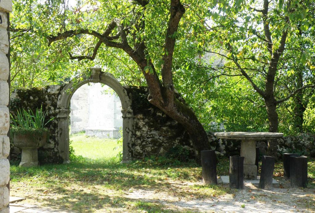 Vrt pred nastanitvijo Idyllic place near Cerknica Lake