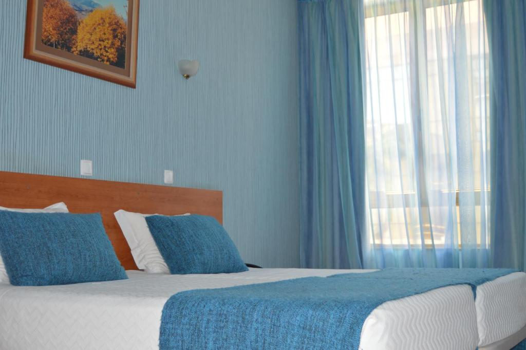 Uma cama ou camas num quarto em Imperio Hotel
