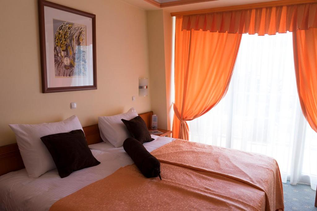 A bed or beds in a room at Hotel Drim