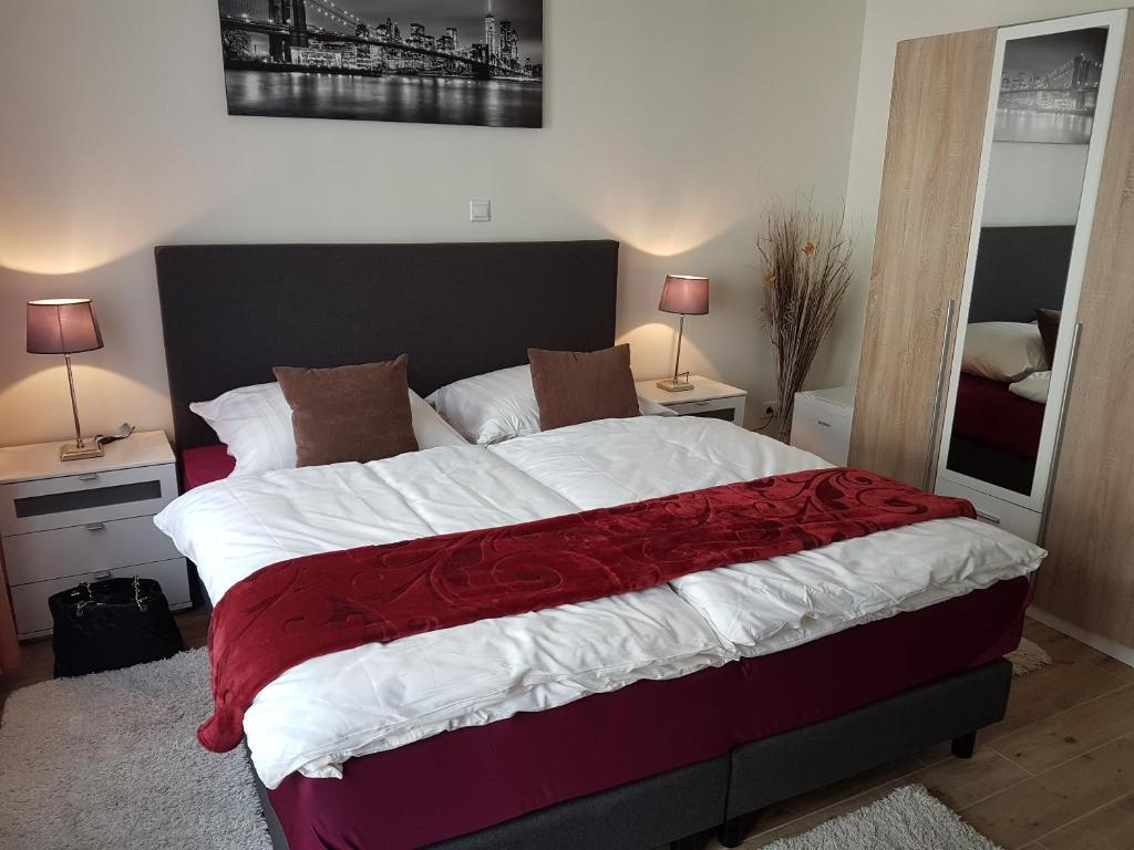 A bed or beds in a room at Hotel Eigelstein