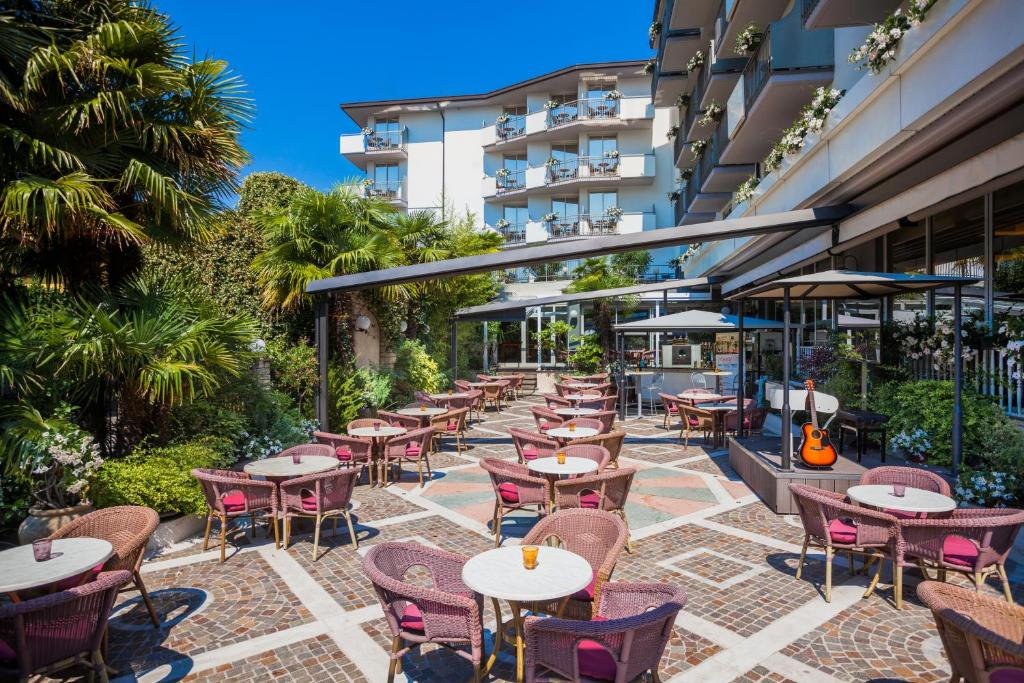 A restaurant or other place to eat at Hotel Continental - TonelliHotels