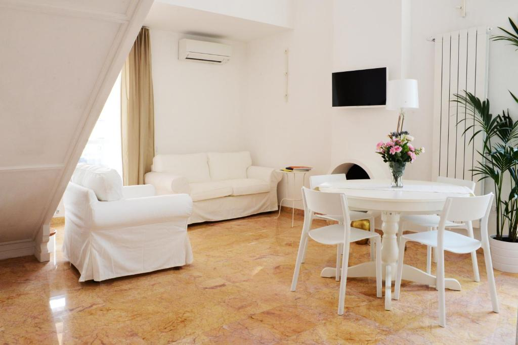 A seating area at Le Terrazze a Ponte Milvio
