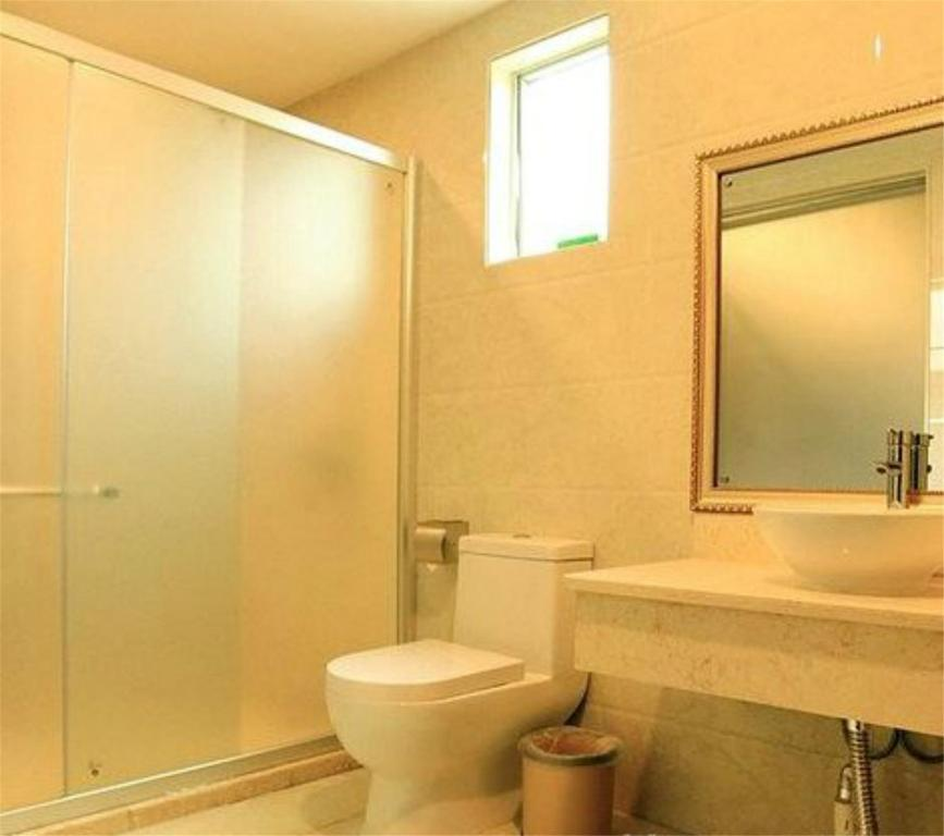 A bathroom at Vienna International Hotel Shenzhen Dapeng Cuinan