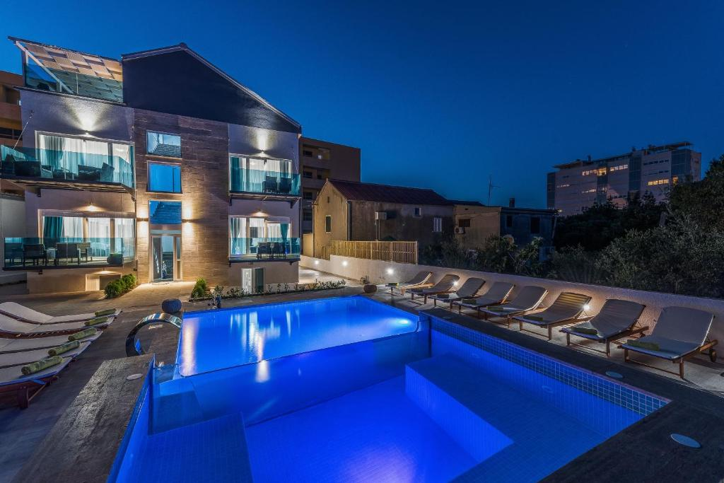 Peldbaseins naktsmītnē Luxury Apartments Villa Morea vai tās tuvumā