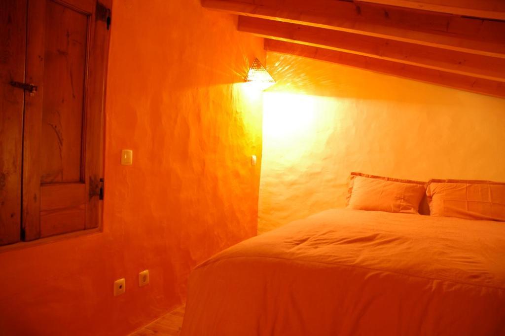 A bed or beds in a room at Casa do Meio do Mundo