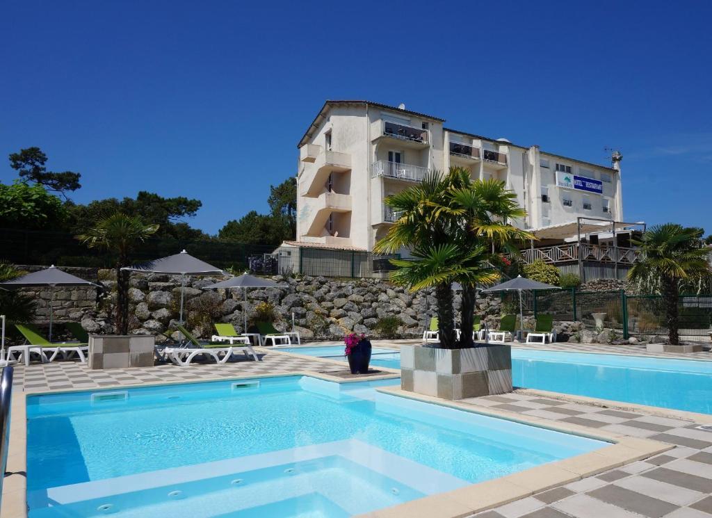 The swimming pool at or near Hôtel-Restaurant Mer et Forêt