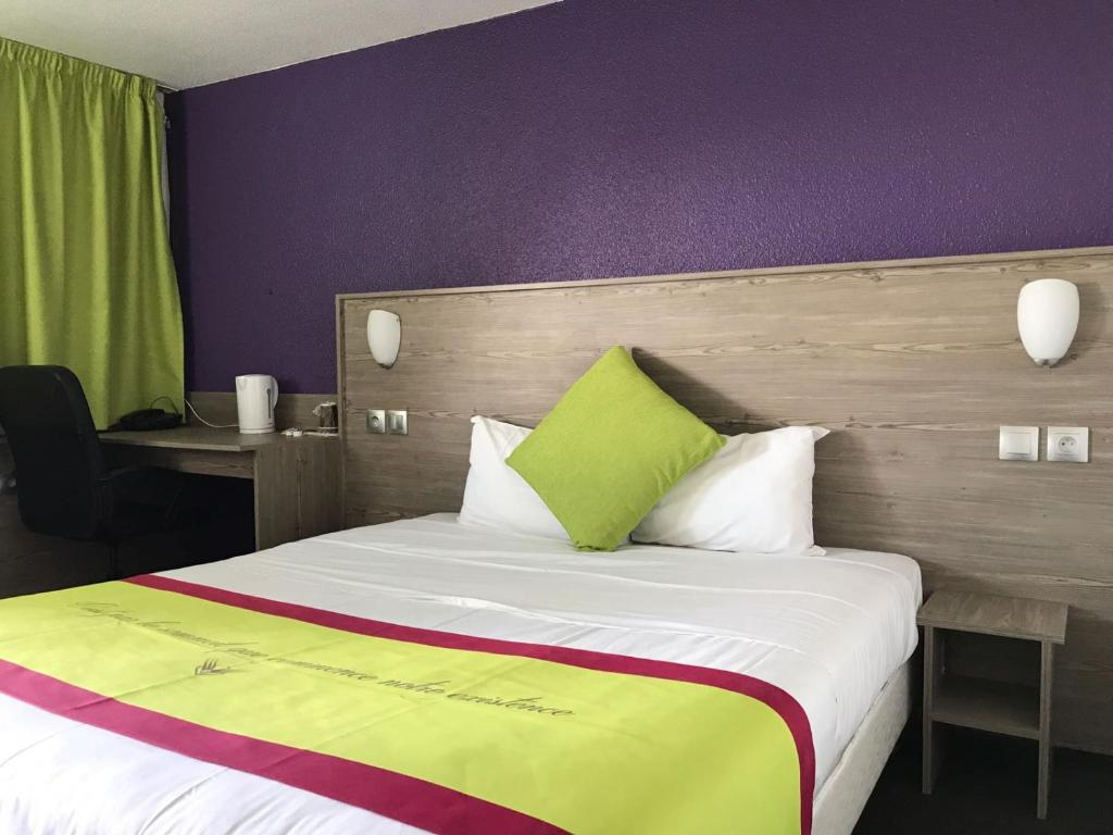 Een bed of bedden in een kamer bij Kyriad Cambrai