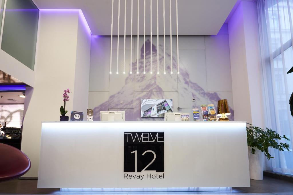 Lobbyn eller receptionsområdet på 12 Revay Hotel