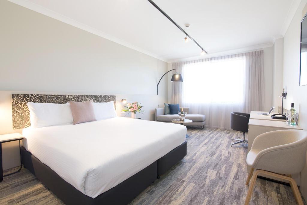 En eller flere senger på et rom på Quality Hotel Mermaid Waters