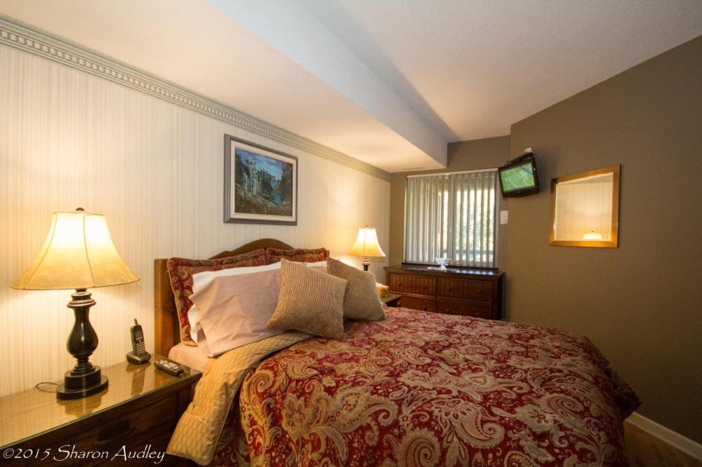 A bed or beds in a room at Marketplace Lodge Deluxe 219