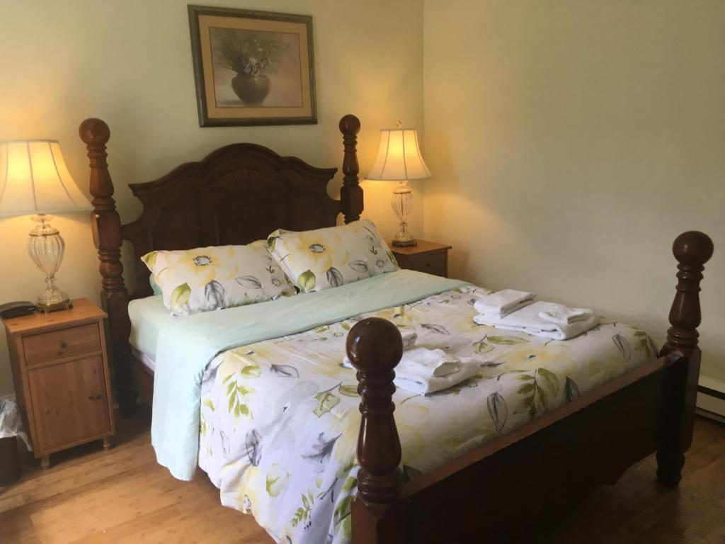A bed or beds in a room at Toronto Garden Inn Bed & Breakfast