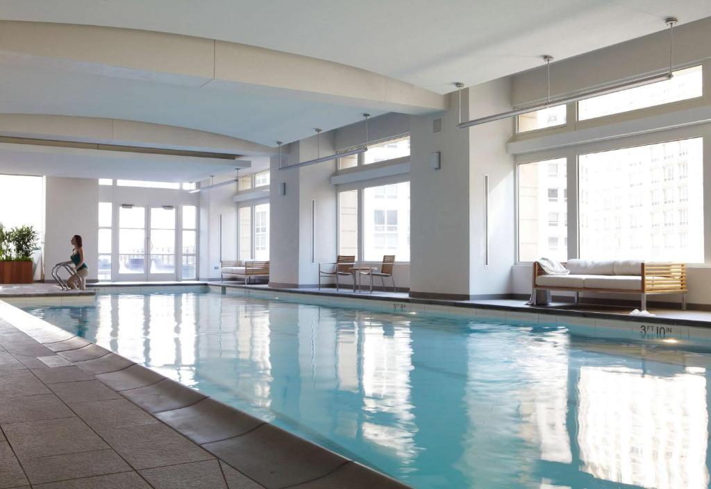 Der Swimmingpool an oder in der Nähe von Park Hyatt Chicago