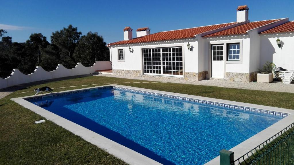 The swimming pool at or near Casa Alto do Vale
