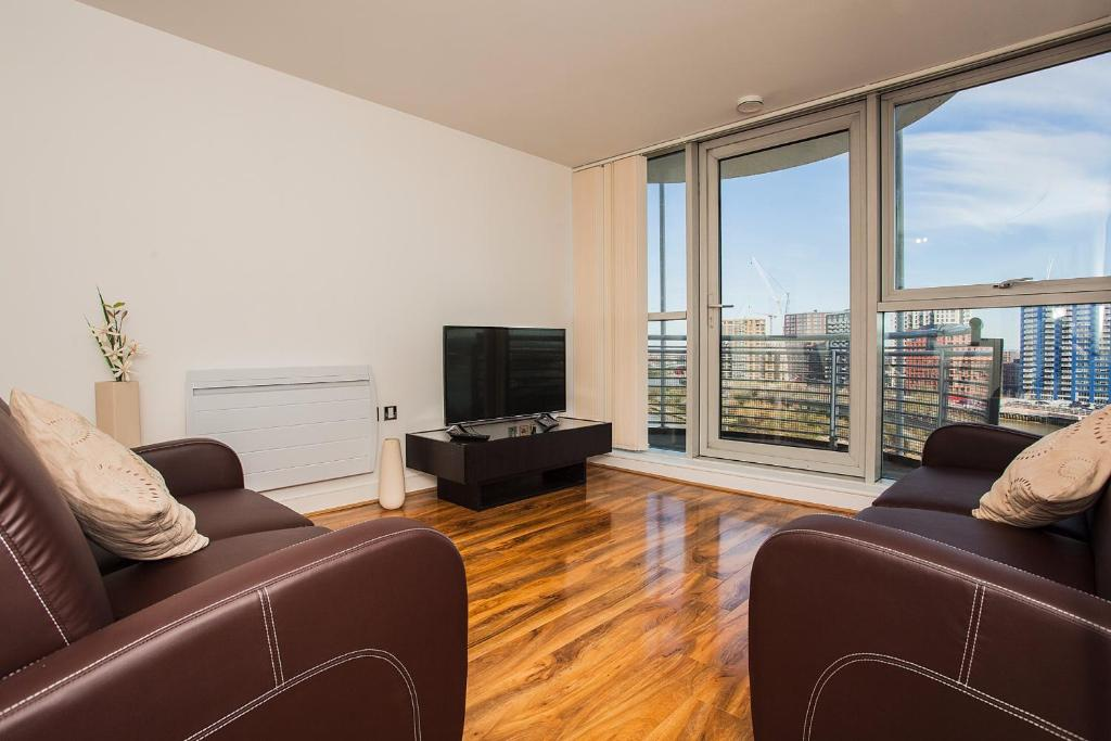 A seating area at Stunning 2-Bed 2-Bath Apt with Amazing Views