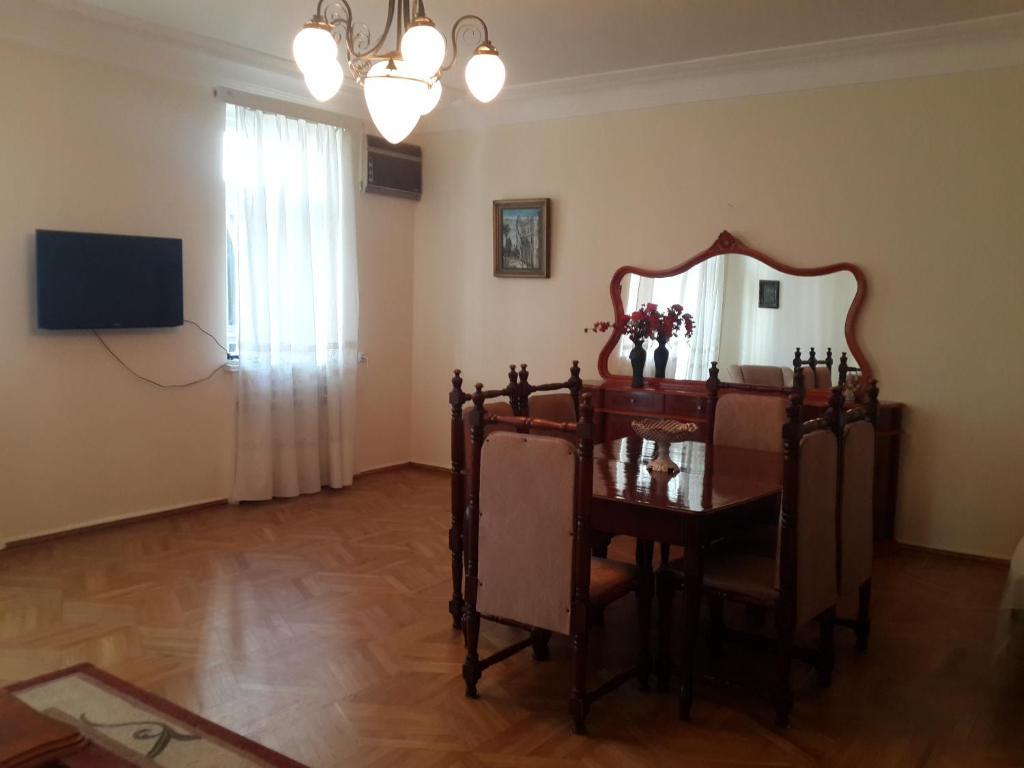 Телевизор и/или развлекательный центр в Apartment on Rustaveli 41