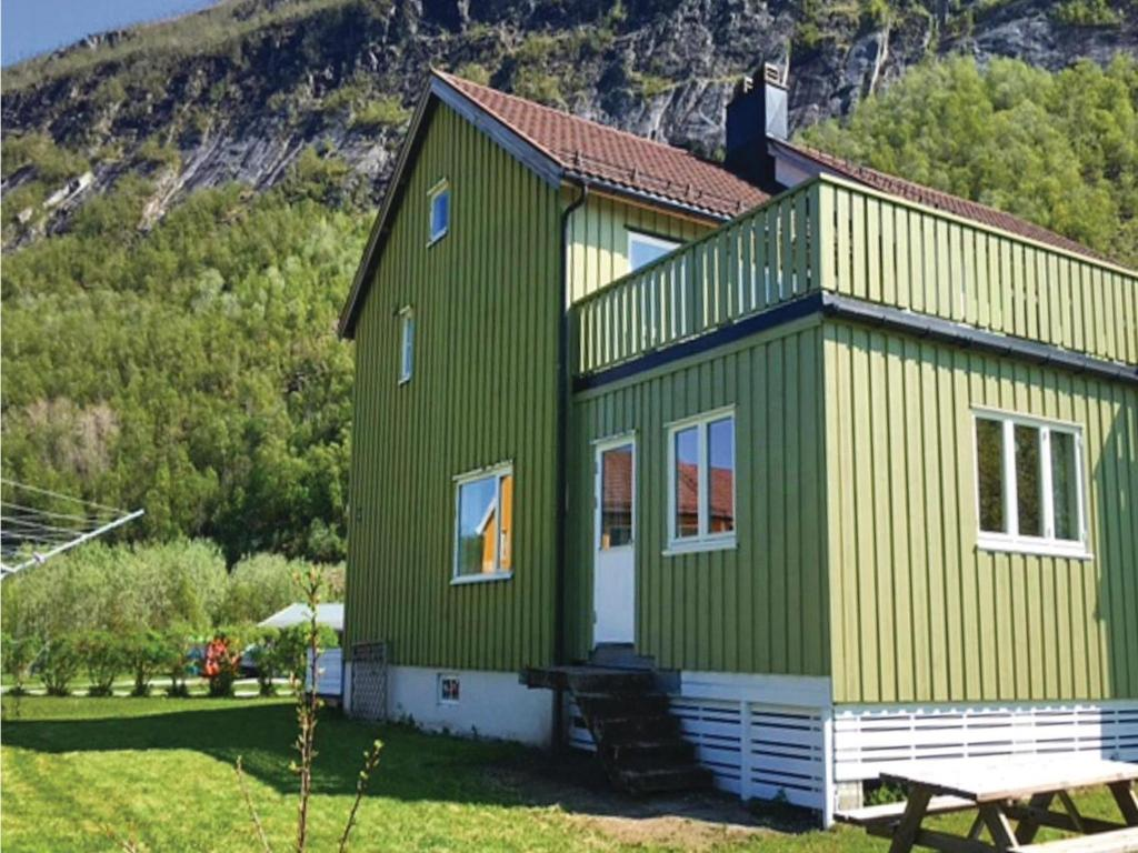 holiday home nygardsjoen with fireplace i kvarsnes norway