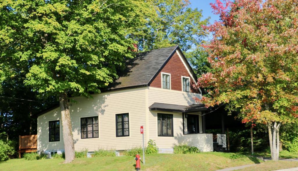 Guesthouse Maison du lac, Lac-Mégantic, Canada - Booking.com