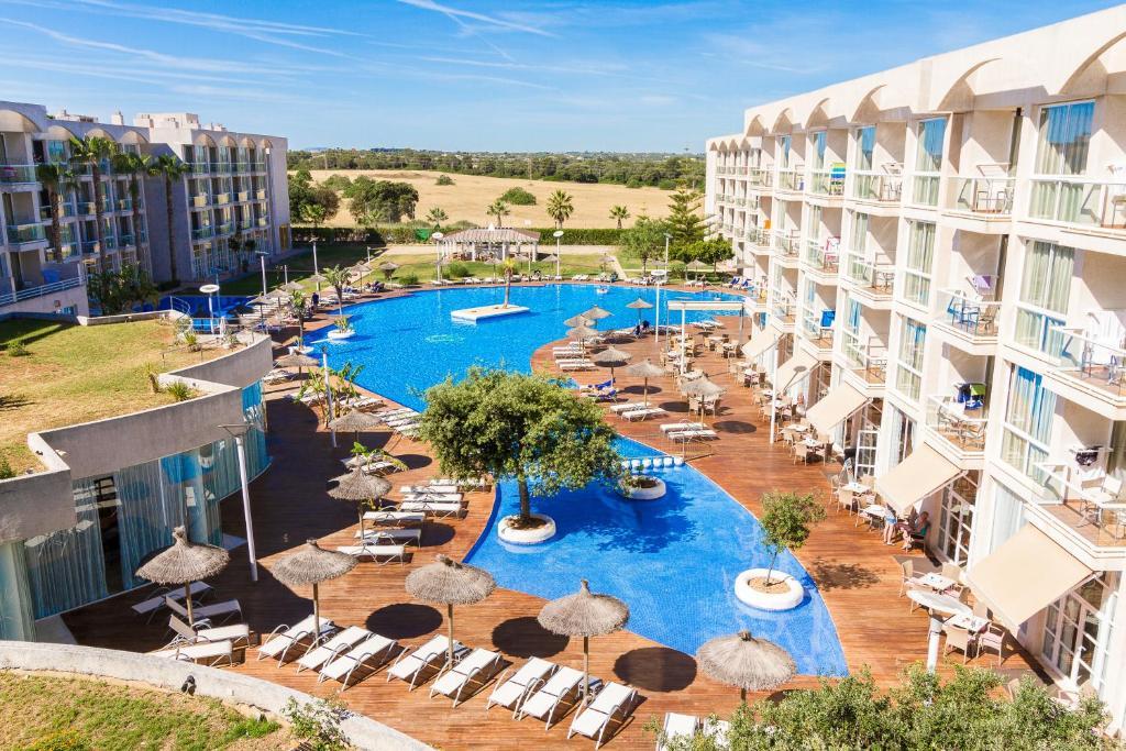 Вид на бассейн в Eix Alzinar Mar Suites - Adults Only или окрестностях