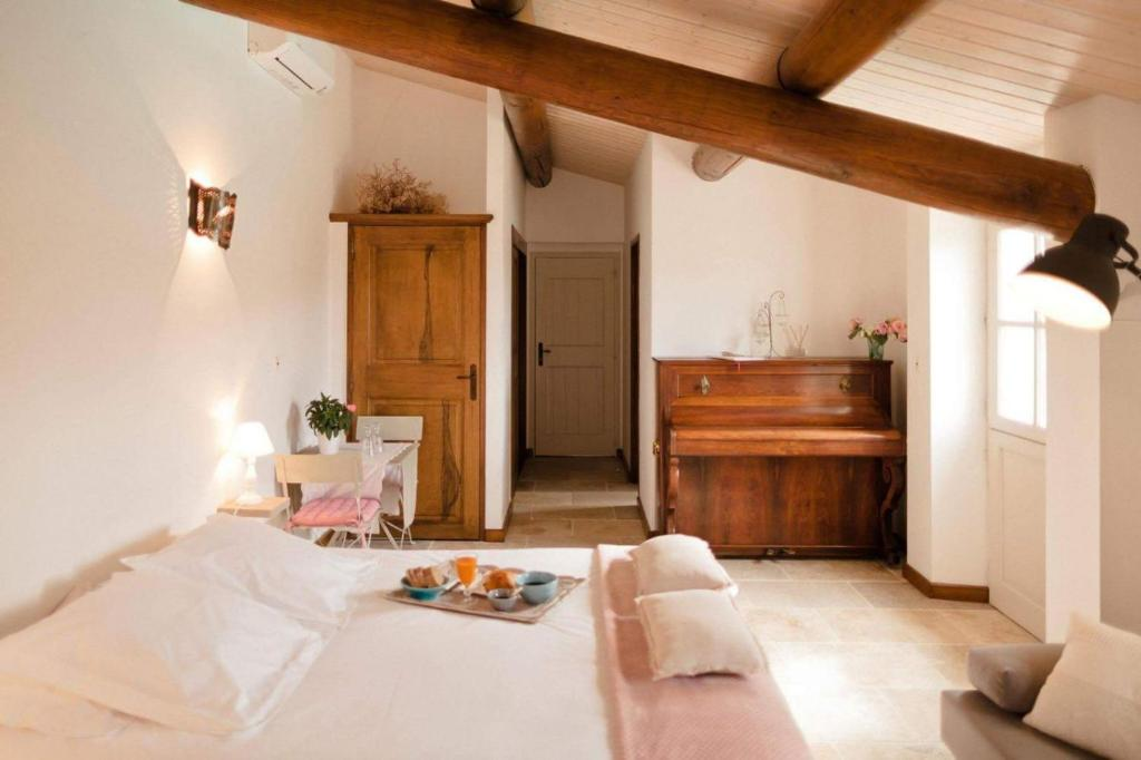 A bed or beds in a room at Provence Dodo