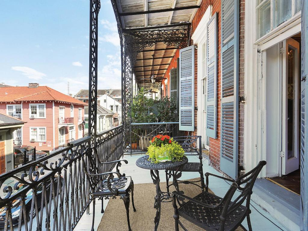 Apartment luxury french quarter mansion w balcony 3 new for French luxury