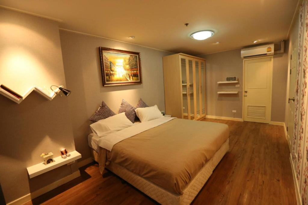 A bed or beds in a room at Clean Cozy Comfort easy to go Grand Palace&Khaosan