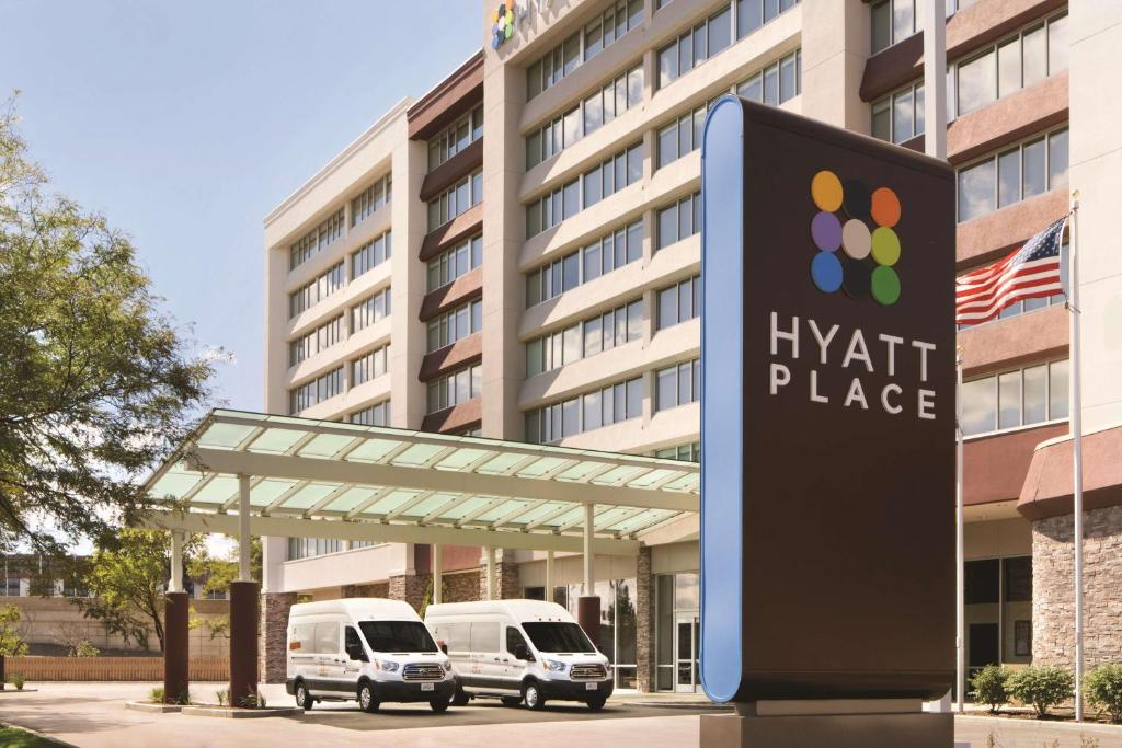 Shuttle buses at Hyatt Place Chicago O'Hare Airport