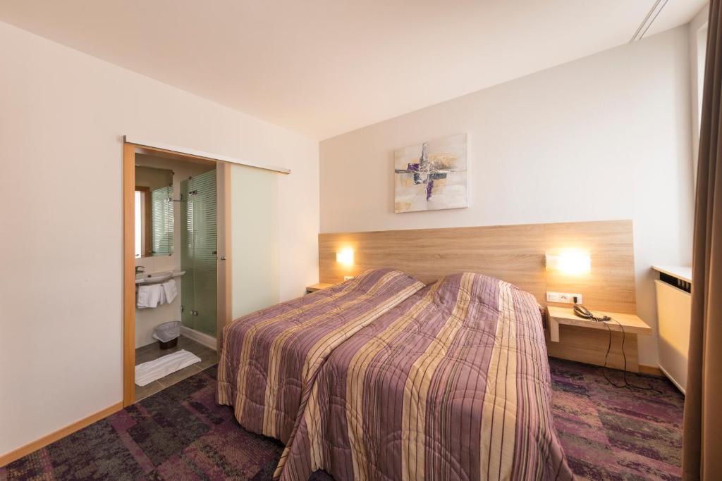 Ein Bett oder Betten in einem Zimmer der Unterkunft Hôtel Vendôme